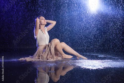 Plakat Dziewczyny obsiadanie w deszczu, nocy pojęcie. Mistyczny styl