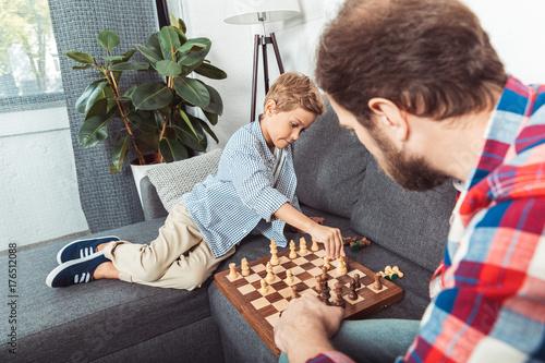 Plakat ojciec i syn gra w szachy