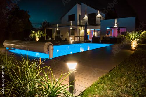 Obraz belle maison la nuit - fototapety do salonu