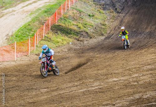 Plakat Sporty ekstremalne na motocyklach. Dwóch zawodników na przejażdżkę motocyklem na piasku.