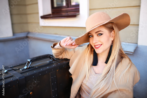 Plakat jesień modna Piękna Blond Woman.Beauty blond .lady w kapeluszu. walizka