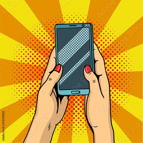 Fototapeta Trzymając się za ręce smartphone pop-artu. Kobiece ręce trzymać telefon komórkowy. Ilustracja.