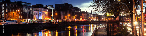 Photo  Embankment of Liffey River in Dublin, Ireland. Night view