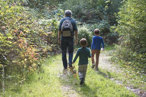 enfant et parent en promenade Canvas Print
