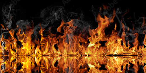 In de dag Vuur / Vlam The texture of fire on a black background is reflected in a glossy table.