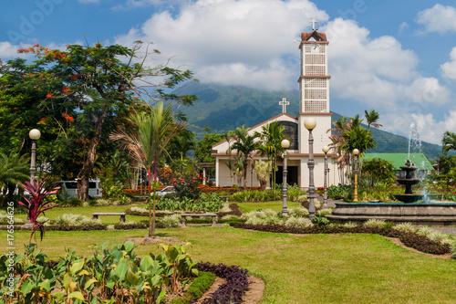 Carta da parati Parque Central square in La Fortuna village, Costa Rica