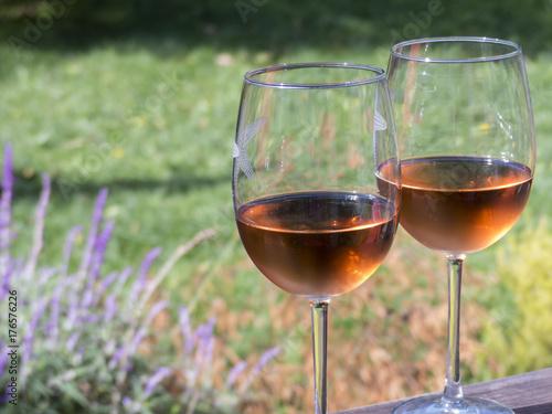 dwie-szklanki-rozowego-wina-polslodkiego-na-zewnatrz