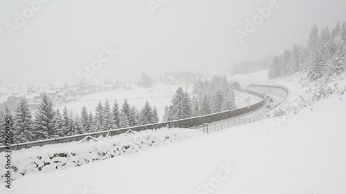 Zdjęcie XXL Ruch drogowy przy opadem śniegu w górach