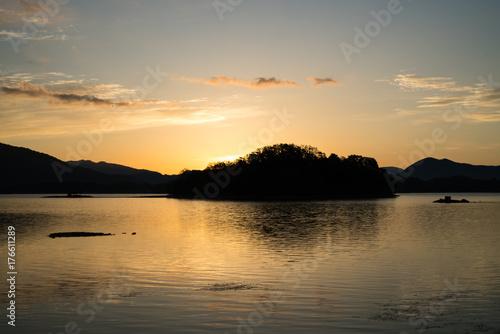 Plakat Wschód słońca nad jeziorem Hinbara