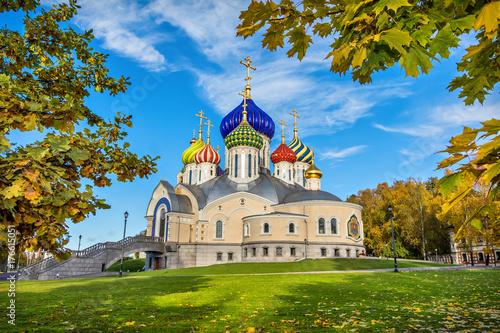 Obraz na dibondzie (fotoboard) Świątynia z kolorowymi kopułami na pogodnym jesień dniu w Peredelkino, Moskwa, Rosja