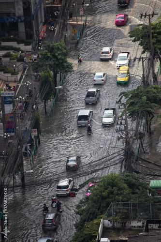 Plakat 14 października, 2017: Powódź z powodu ulewnego deszczu na Asok sukumbit 21 ładuje Bangkok Tajlandia