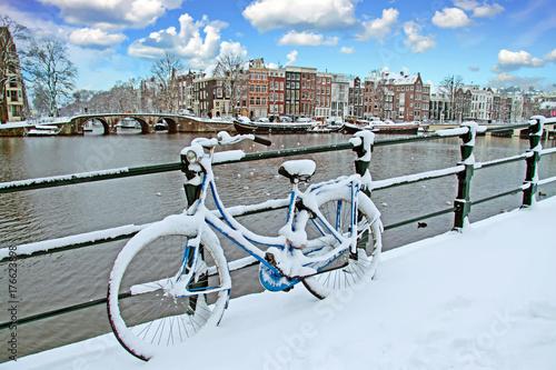 Fototapeta Rower w Amsterdamie Holandia pokryte śniegiem