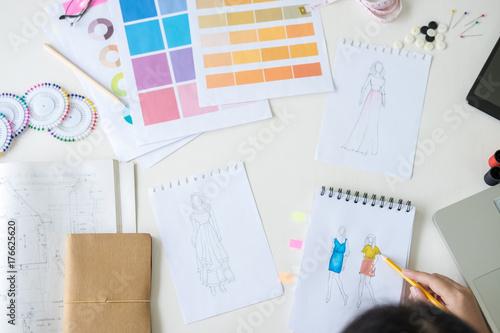 Zdjęcie XXL Stylowy projektant mody pracujący jako projektanci mody mierzy jako szkice w swojej pracowni nowej kolekcji w sztuce, zawodzie i zawodzie, kreatywnym projekcie i koncepcji artystycznej