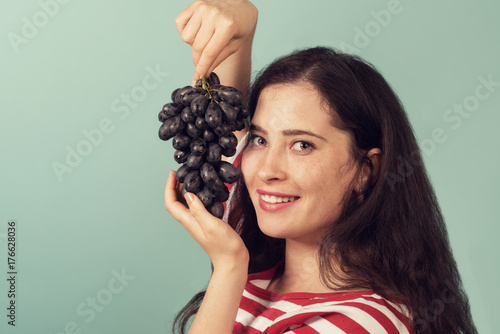 Fotografie, Obraz Young woman holding grapes