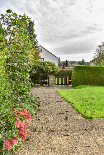 Garten Baum Laub Abfallen Weg Zaun Holz Mauer Naturstein