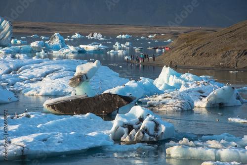 Plakat Szczegó? Owe zdj? Cie islandzkiej lodowiec lodowej w lagunie lodowej z niesamowicie jaskrawymi kolorami i mi? Y tekstur