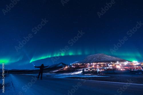 Zdjęcie XXL Polarny, polarny, zorza polarna, aurora borealis, niebo, gwiazda, w, norwegia, Svalbard, w, Longyearbyen, człowiek, księżyc, góry