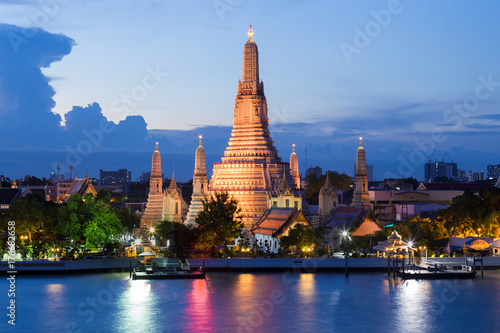 Foto  Blue twilight night Arun temple river front, Bangkok Thailand Landmark