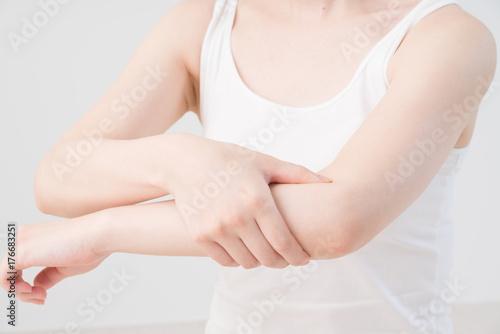 セルフマッサージをする女性、肘、腕 Obraz na płótnie
