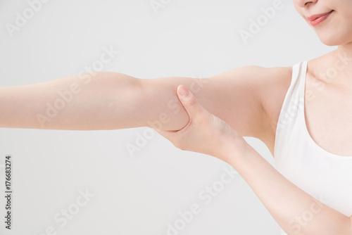 Fotografia  セルフマッサージをする女性、二の腕、腕