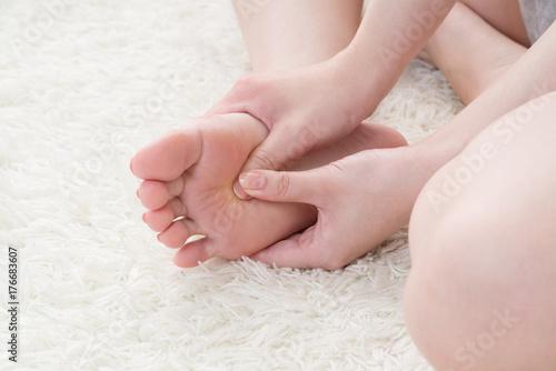 Obraz na plátně セルフマッサージをする女性、足の裏、足