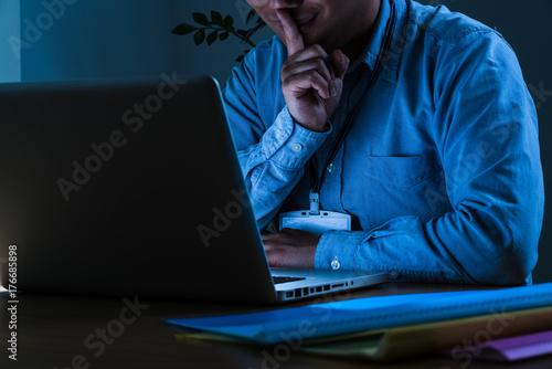 Valokuva  口に指を当てる男、個人情報流出、悪意、クラッキング、ハッキング、ウィルス