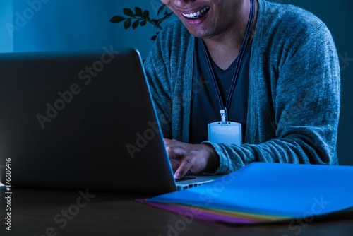笑う男、個人情報流出、悪意、クラッキング、ハッキング、ウィルス Fototapet