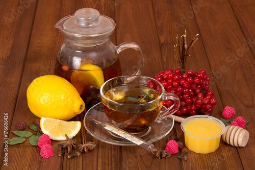 Plakat Gorąca herbata z miodem i leczniczych roślin z przeziębienia, na tle drewniany stół