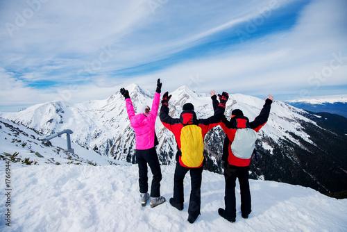 Zdjęcie XXL Widok z tyłu ludzi w odzieży zimowej na szczycie góry i korzystających z widoku.