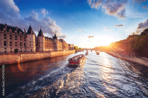Poster de jardin Paris Dramatic sunset over river Seine in Paris, France, with Conciergerie and Pont Neuf. Colourful travel background. Romantic cityscape.