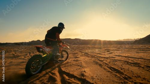 Obraz na płótnie Shot of Professional Motocross Driver jazda na swoim motocyklu FMX na ekstremalnym terenie Teren.