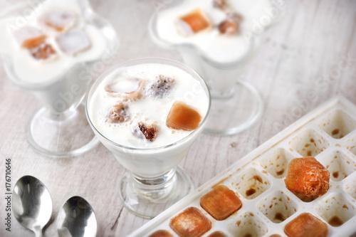 Plakat Koktajl mleczny z kostkami lodu w formie z kostkami