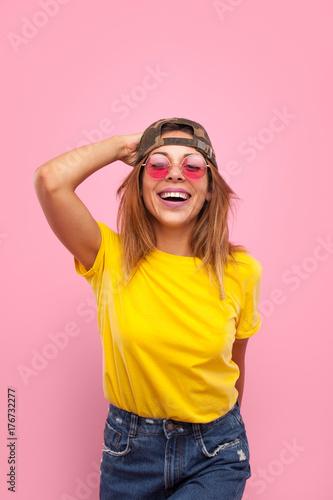 Plakat Urocza dziewczyna w jasnym stroju
