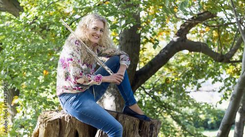 Obraz na PCV (fotoboard) Młoda kobieta z fletem w lesie.
