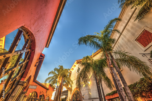 Photo Picturesque buildings in Santa Barbara at sunset