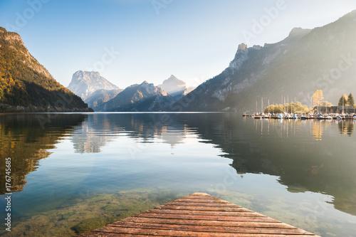 Plakat Piękny Traunsee jezioro w Austriackich Alps przy wschodem słońca