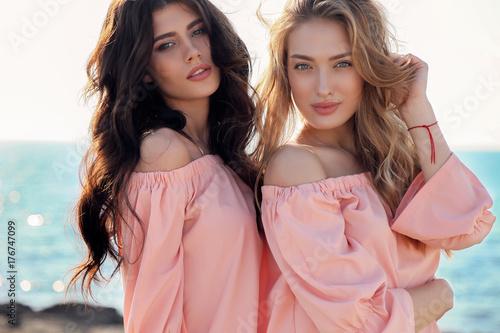 Fototapeta premium dwie piękne dziewczyny w ubranie pozowanie odkryty