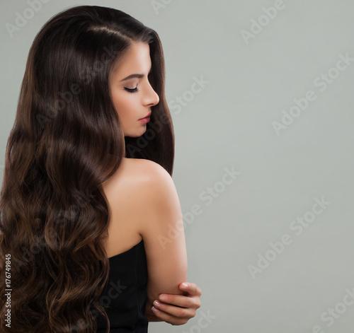 Plakat Portret Ładny brunetki damy mody model z Permed włosy na sztandaru tle
