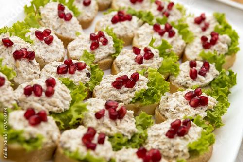 Zdjęcie XXL różne kanapki podawane na stole, z bliska