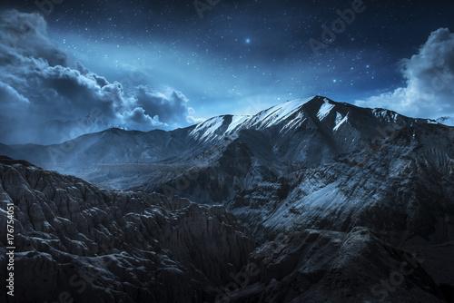 Piękne krajobrazowe śnieżne góry przy nocą na błękicie chmurnieją i gwiazdują tło. Leh, Ladakh, Indie. (Podwójne narażenie)