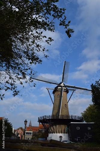 Zdjęcie XXL Młyn w holandiach na pogodnym jesień dniu