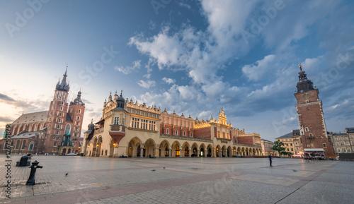 Obraz na dibondzie (fotoboard) Kościół Mariacki, Sukiennice i Ratuszowa wieża na Rynku Głównym w Krakowie, oświetlona rankiem