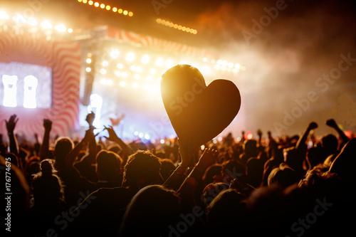 Plakat Zamknij serce wśród tłumu ludzi podczas koncertu na żywo