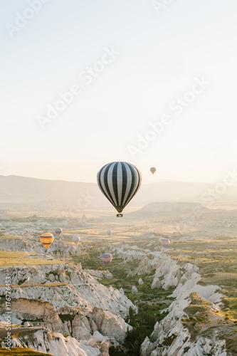 Plakat Słynną atrakcją turystyczną Kapadocji jest lot lotniczy. Kapadocja jest znana na całym świecie jako jedno z najlepszych miejsc na loty z balonami. Kapadocja, Turcja.