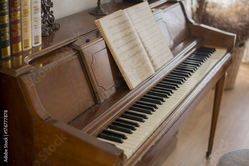 Plakat antyczny stary fortepian