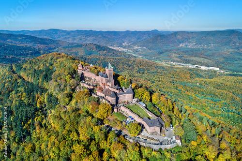 Plakat Widok z lotu ptaka górska chata du haut-koenigsbourg w górach Vosges. Alsace, Francja