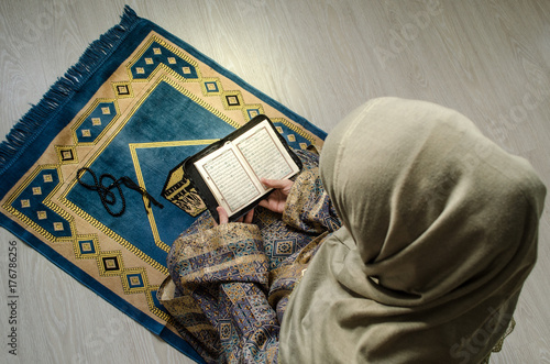 Fotografia Muslim woman praying for Allah muslim god at room near window