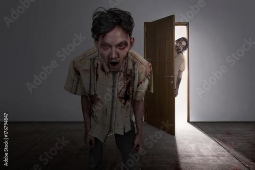 Plakat Przerażające dwa azjatyckie zombie przychodzą do ciemnego pokoju