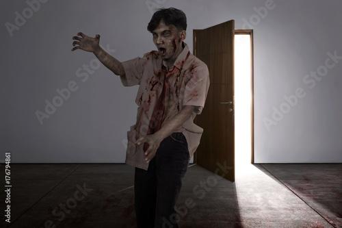 Plakat Agresywny azjatykci żywego trupu mężczyzna z ranną twarzą