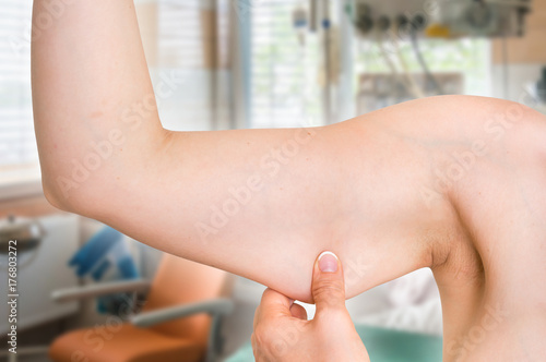 Valokuvatapetti Woman is testing her muscle under her arm